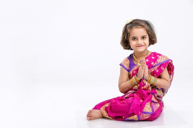 Nettes kleines indisches / asiatisches mädchen in betender haltung und gesetzt Premium Fotos