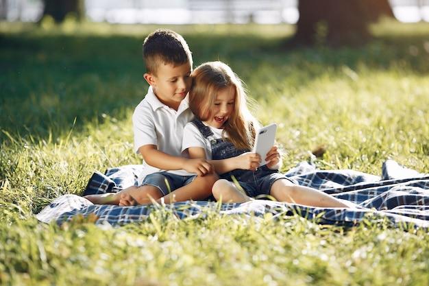 Nettes kleines mädchen, das in einem park mit ihrer freundin spielt Kostenlose Fotos