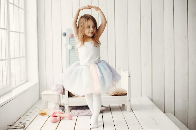 Nettes kleines mädchen, das zu hause tanzt Kostenlose Fotos