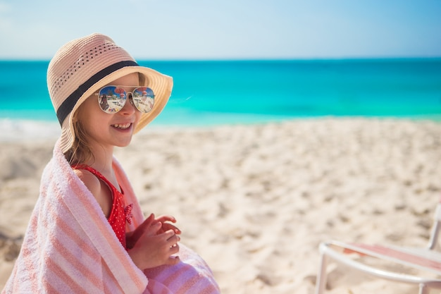 Nettes kleines mädchen im hut auf strand während der sommerferien Premium Fotos
