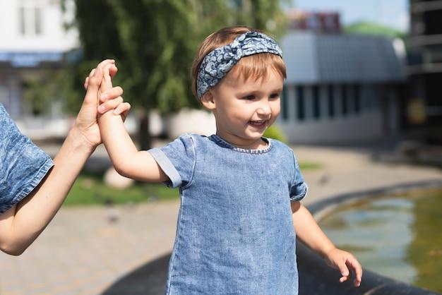 Nettes kleines mädchen im park mit mutter Kostenlose Fotos