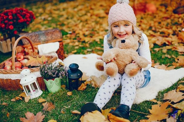 Nettes kleines mädchen in einem herbstpark Kostenlose Fotos