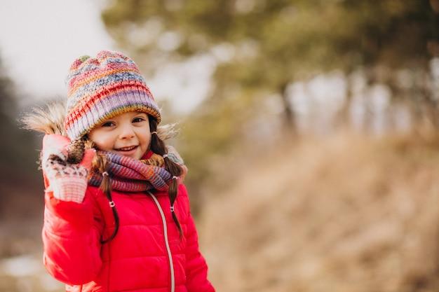 Nettes kleines mädchen in einem winterwald Kostenlose Fotos