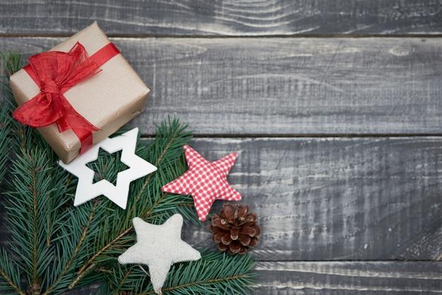 Nettes kleines weihnachtsgeschenk auf dem tisch Kostenlose Fotos