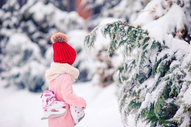 Nettes kleinkindmädchen geht rochen draußen. Premium Fotos