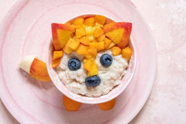 Nettes lustiges fuchsgesichtsfrühstück für kinder haferflockenbrei Premium Fotos