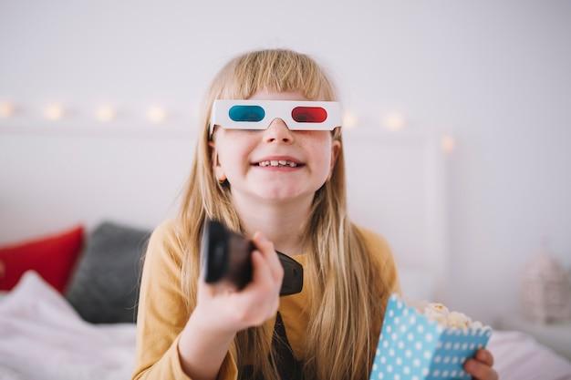 Nettes Mädchen, Das Fernsehen Im Schlafzimmer Aufpasst Kostenlose Fotos