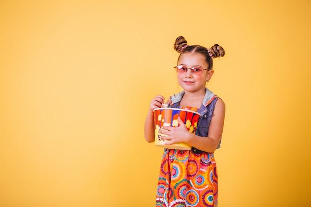 Nettes mädchen, das popcorn isst Kostenlose Fotos