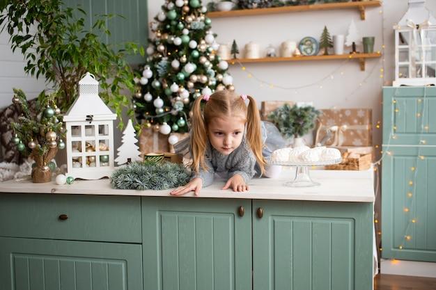 Nettes mädchen, das spaß in der küche zu hause hat Premium Fotos