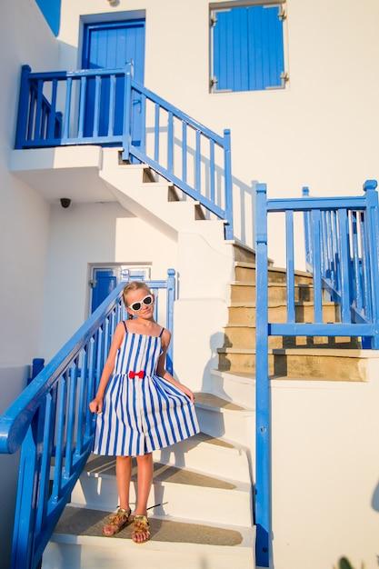 Nettes mädchen im blauen kleid Premium Fotos