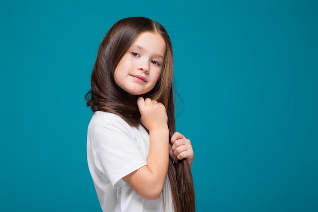 Nettes mädchen im t-shirt mit dem langen haar Premium Fotos