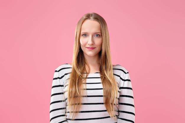 Nettes mädchen mit dem langen haar und gesunder haut in gestreifter jacke Premium Fotos