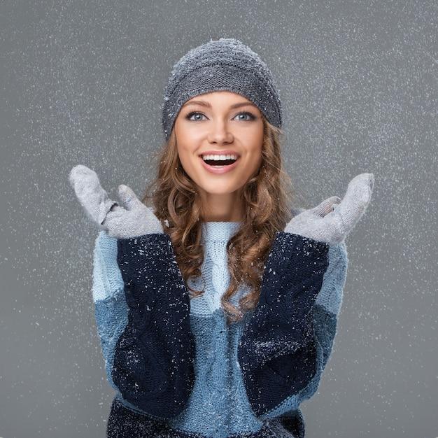 Nettes mädchen mit den schneeflocken, die eine gute zeit haben Kostenlose Fotos
