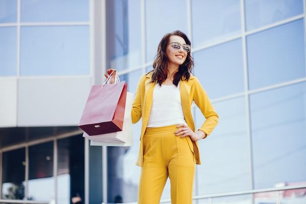 Nettes mädchen mit einkaufstasche in einer stadt Kostenlose Fotos