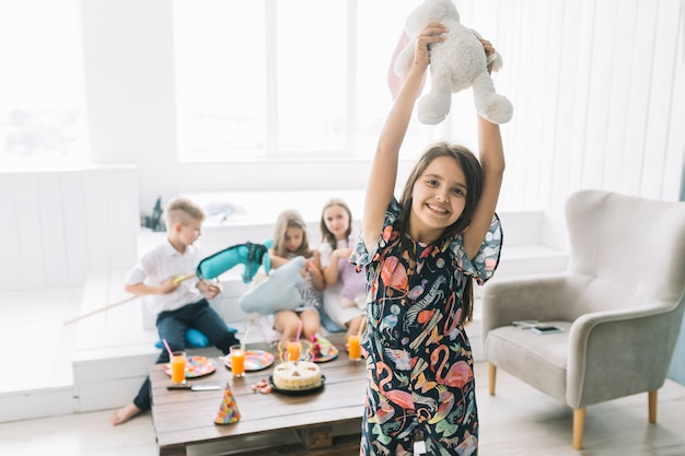 Nettes mädchen mit spielzeugkaninchen auf geburtstagsfeier Kostenlose Fotos