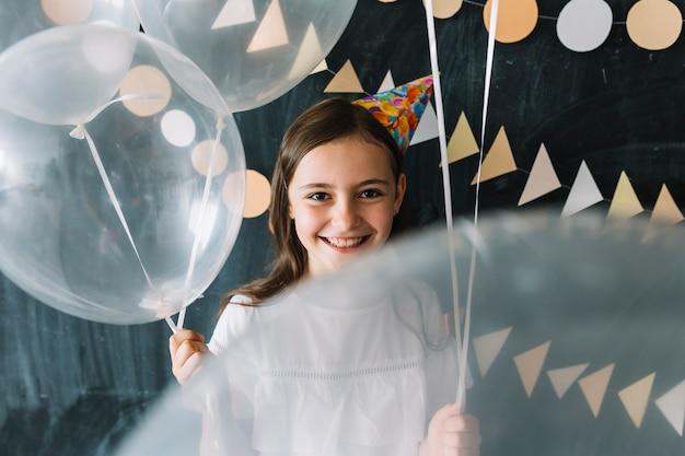 Nettes mädchen mit weißen ballonen Kostenlose Fotos