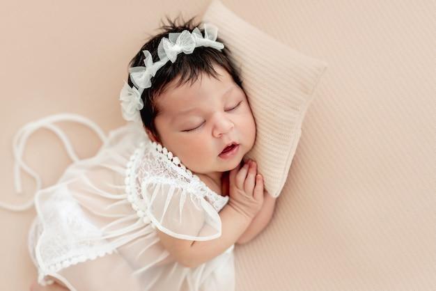 Nettes neugeborenes, das auf seite schläft Premium Fotos