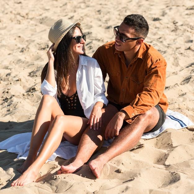 Nettes paar am strand genießt ihre zeit Kostenlose Fotos