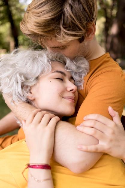 Nettes paar, das romantisch ist, während draußen im park Kostenlose Fotos