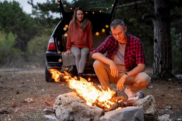Nettes paar, das zusammen lagerfeuer genießt Kostenlose Fotos