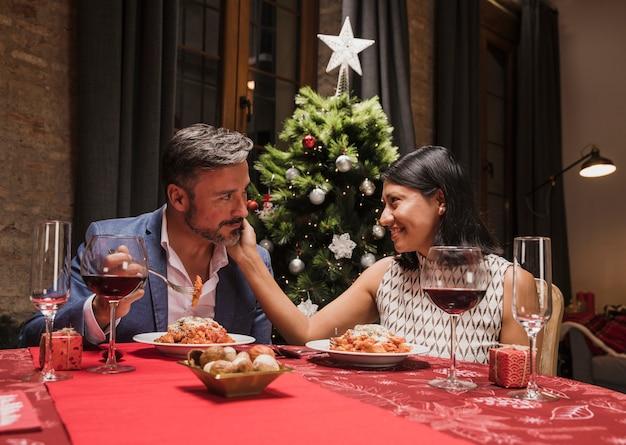 Nettes paar mit weihnachtsessen Kostenlose Fotos