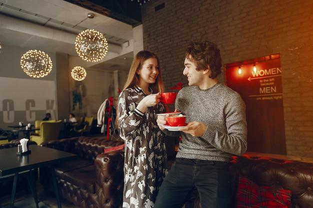 Nettes paar verbringen zeit in einem café Kostenlose Fotos