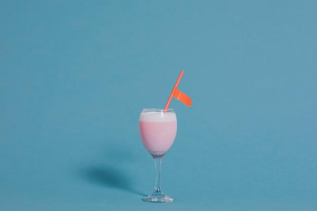 Nettes rosafarbenes fantastisches getränk in einem weinglas Kostenlose Fotos