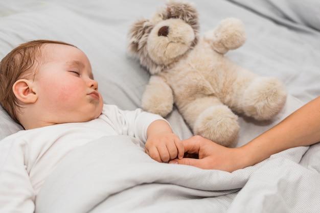 Nettes schlafendes baby Kostenlose Fotos