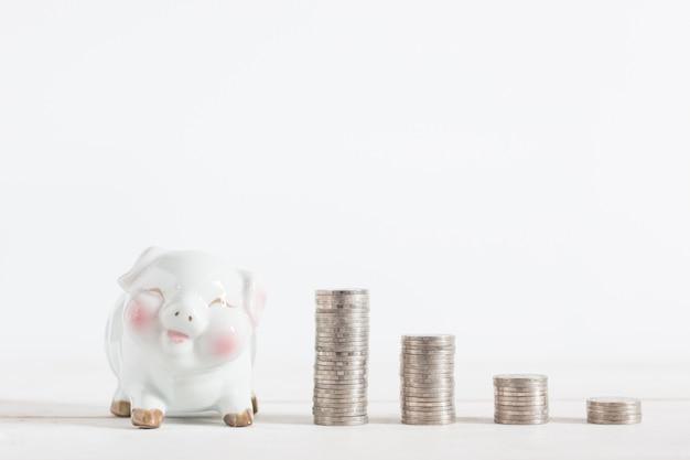 Nettes sparschwein mit geldmünzenturm, copyspace, Premium Fotos