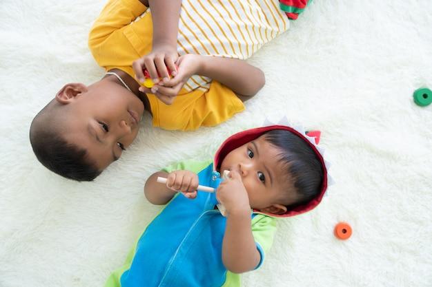 Nettes spiel mit zwei brüdern im raum Premium Fotos