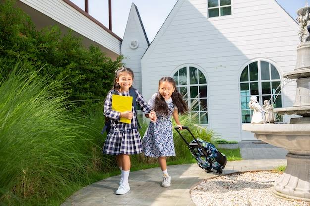 Nettes studentenmädchen glücklich, zur schule, zurück zu schulkonzept zu gehen Premium Fotos