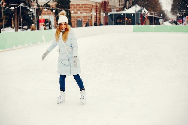 Nettes und schönes mädchen in einer winterstadt Kostenlose Fotos