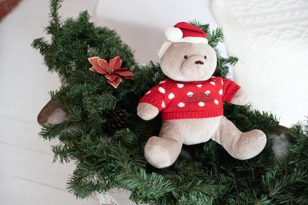 Nettes weihnachtliches weiches plüsch-teddybärspielzeug für ein kind Premium Fotos