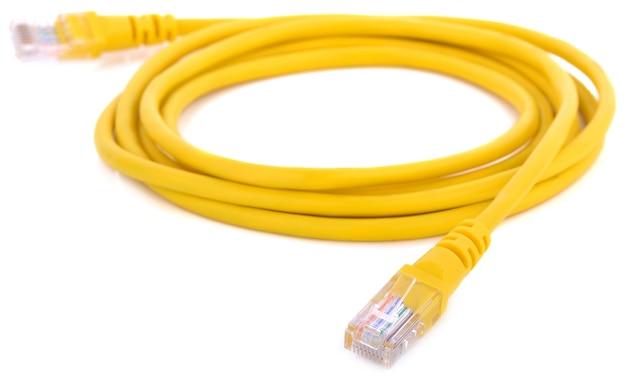 Netzwerk-ethernet-kabel mit rj45-anschlüssen auf weißem hintergrund Premium Fotos