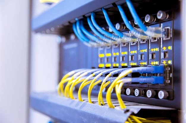 Netzwerk-switch und ethernet-kabel, data center concept. Premium Fotos