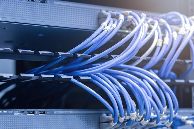 Netzwerkkabel angeschlossen in netzwerk-switches - datencenter-konzept. Premium Fotos