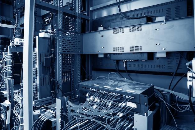 Netzwerkkabel in netzwerk-switches angeschlossen Premium Fotos