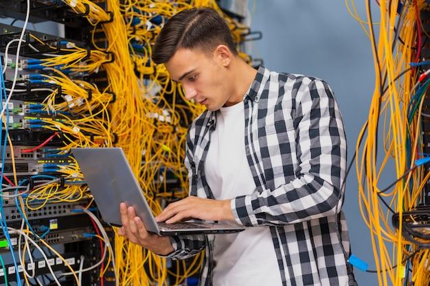 Netzwerktechniker mit einem laptopmittelschuß Kostenlose Fotos