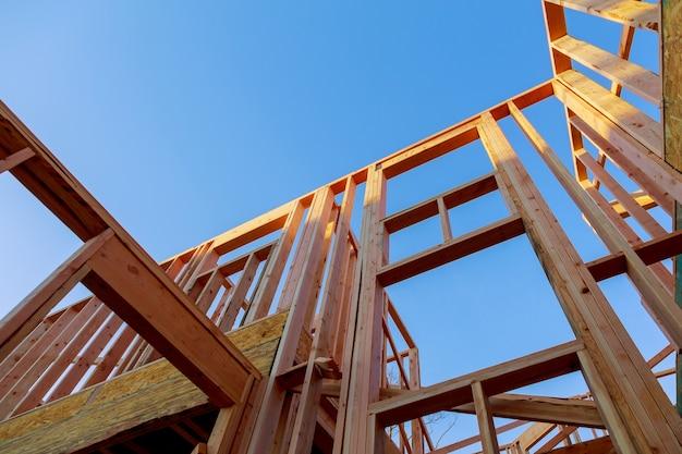 Neubaustrahlen unter einem klaren blauen himmel mit sonnenlicht oben schauen Premium Fotos