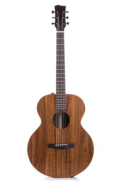 Neue braune gitarre getrennt auf weiß Premium Fotos