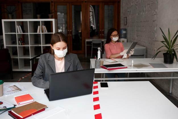 Neue normalität im büro mit gesichtsmaske Kostenlose Fotos