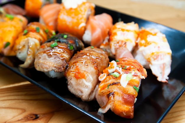 Neue sushirollen auf schwarzblech, gesundem und köstlichem traditionellem asiatischem menü Premium Fotos