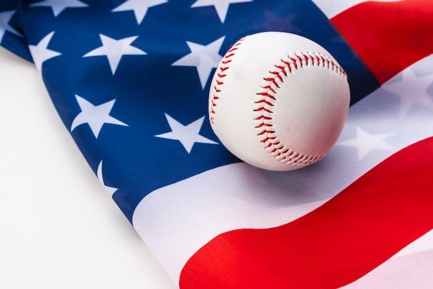 Neuer baseballball auf amerikanischer flagge Premium Fotos