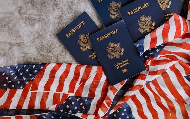 Neuer blauer pass der vereinigten staaten von amerika auf us-flaggenhintergrund Premium Fotos
