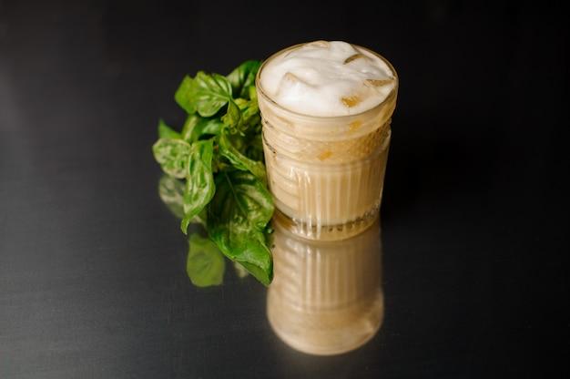 Neues alkoholisches getränk in einem glas mit eis diente nahe basilikum Premium Fotos