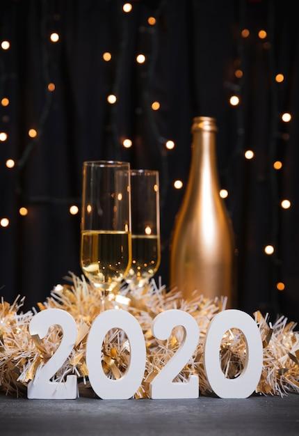 Neues jahr 2020 mit champagnerflasche Kostenlose Fotos