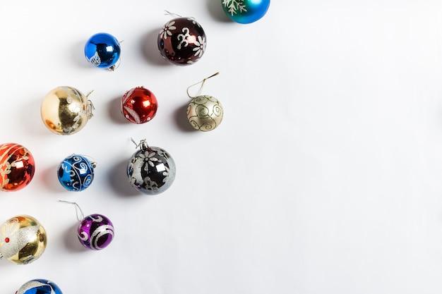 Neues jahr der runden bälle des weihnachtsfeiertags auf weiß Kostenlose Fotos