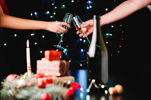 Neues jahr und weihnachtsdekor. leute klirren gläser mit champagner Kostenlose Fotos