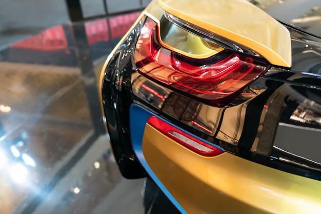 Neues led-rücklicht - die rücklichter des autos in hybrid-sportwagen. entwickelt das hintere bremslicht von modern car. Premium Fotos