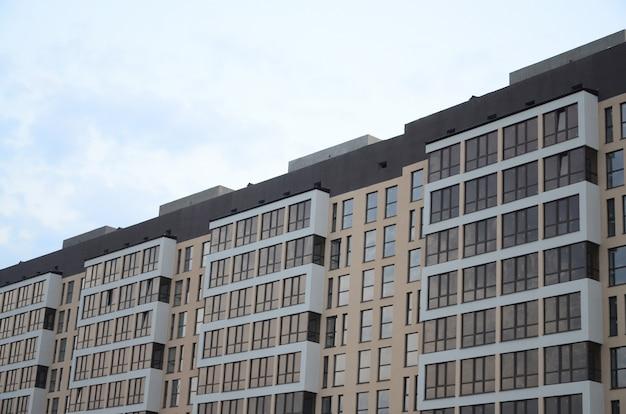 Neues mehrstöckiges wohngebäude auf der stadtstraße Premium Fotos